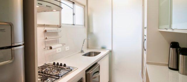 Saiba como integrar a cozinha e a lavanderia sem perder o estilo